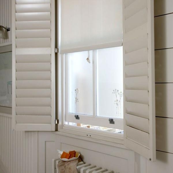 badezimmer fenster-im-retro-klassischen-bad