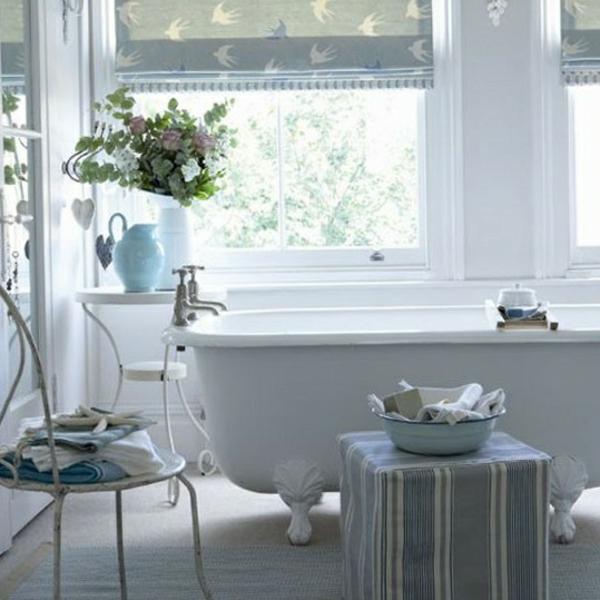 badmöbel-im-landhaus-stil-badewanne-in-weiß