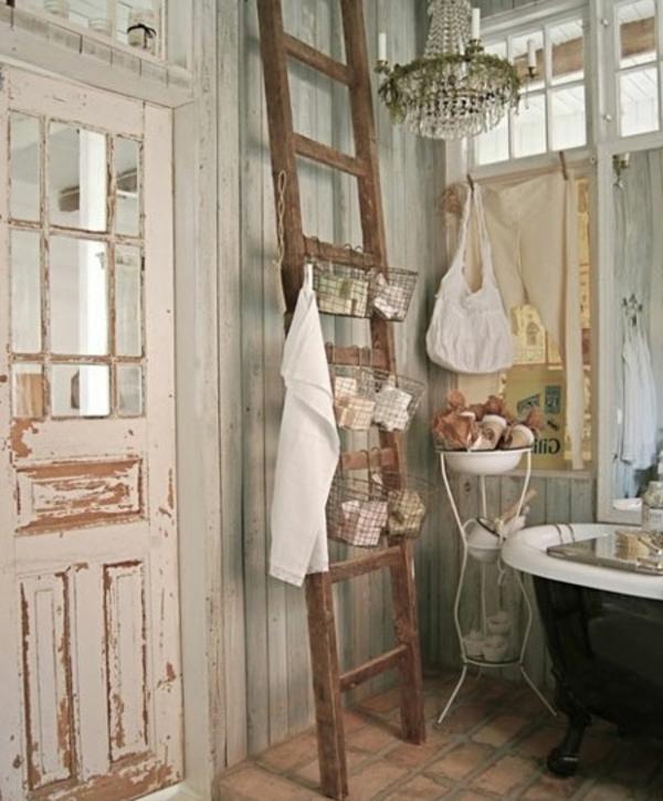 badmöbel-im-landhaus-stil-eine-hölzerne-treppe