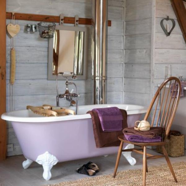 badmöbel-im-landhaus-stil-lila-badewanne