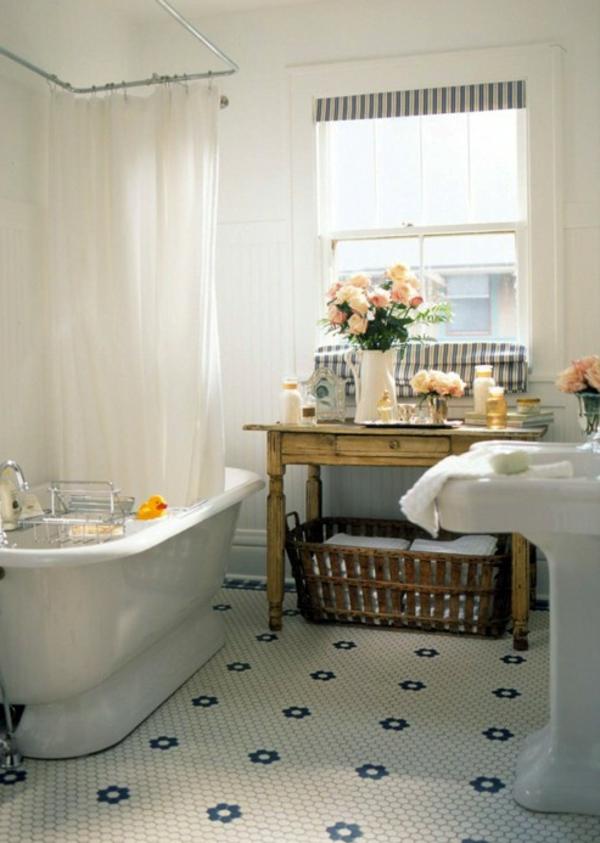 badmöbel-im-landhaus-stil-weiße-vorhänge