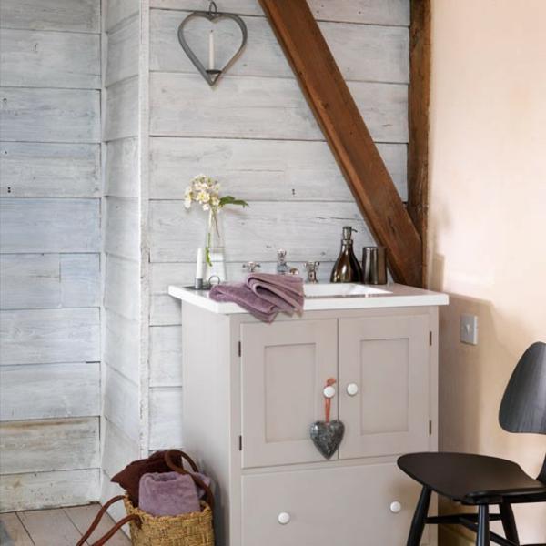 badmöbel-im-landhaus-stil-weißer-schrank