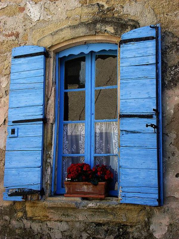 coole-blaue-effektvolle-Fensterlaeden-aus-Holz-