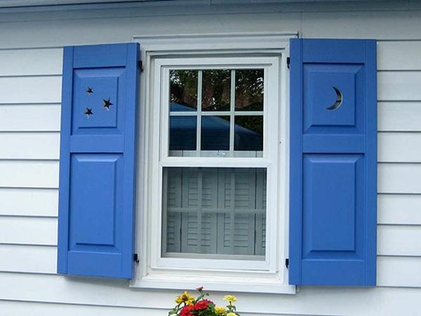 blaue-schöne-Fensterlaeden-aus-Holz