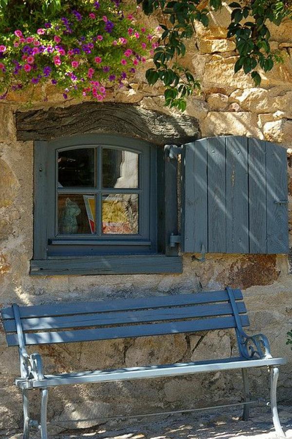 schöner-blaue-Fensterlaeden-Holz-Draußen