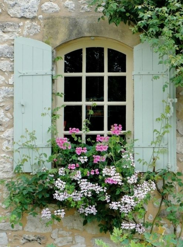 charmante-hölzerne-Fensterläden-Blumen-am-Fenster-Pastellgrün