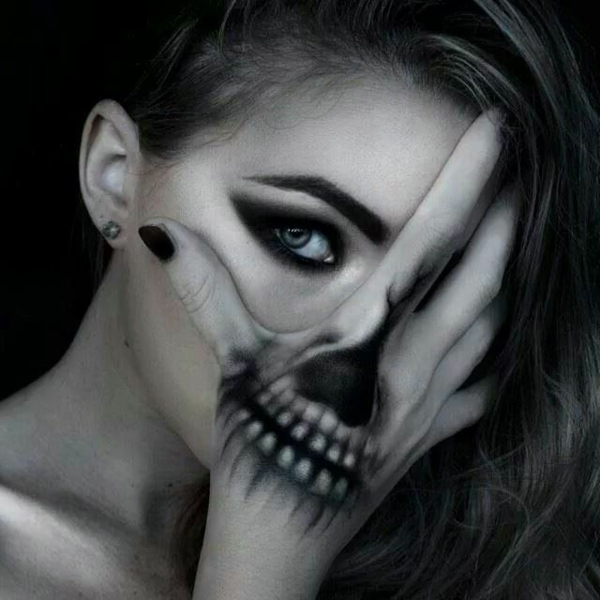 coole--Halloween-Make-up-Ideen-Hand-Make-up