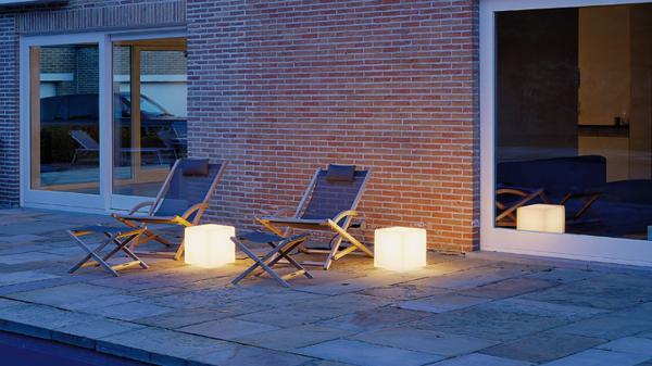 coole-LED-Bodenlampen-vor-dem-Haus-