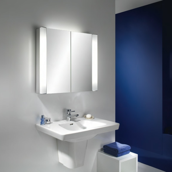 coole-Spiegelschränke-mit-Beleuchtung-blaue-Wand