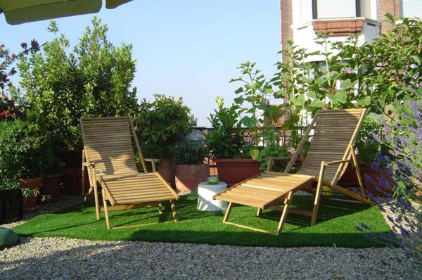 coole-Terrassengestaltung-Terrasse-mit-künstlichem-Gras-lounge-Möbel