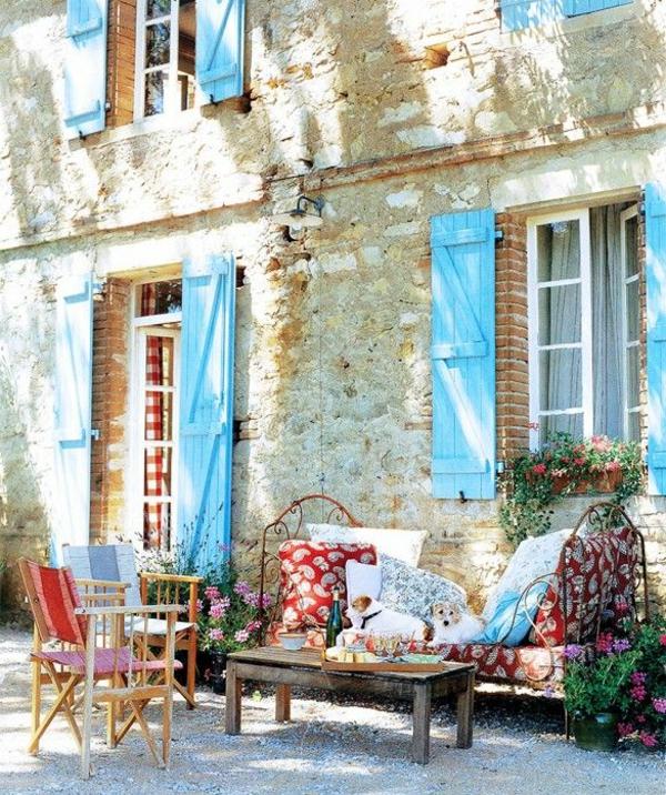 coole-babyblaue-Fensterlaeden-aus-Holz