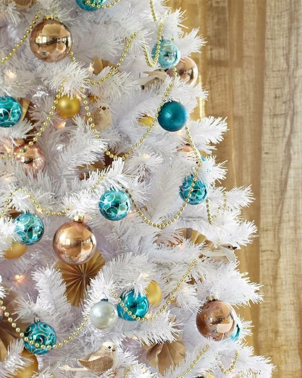 dekorierter-Weihnachtsbaum-in-Weiß