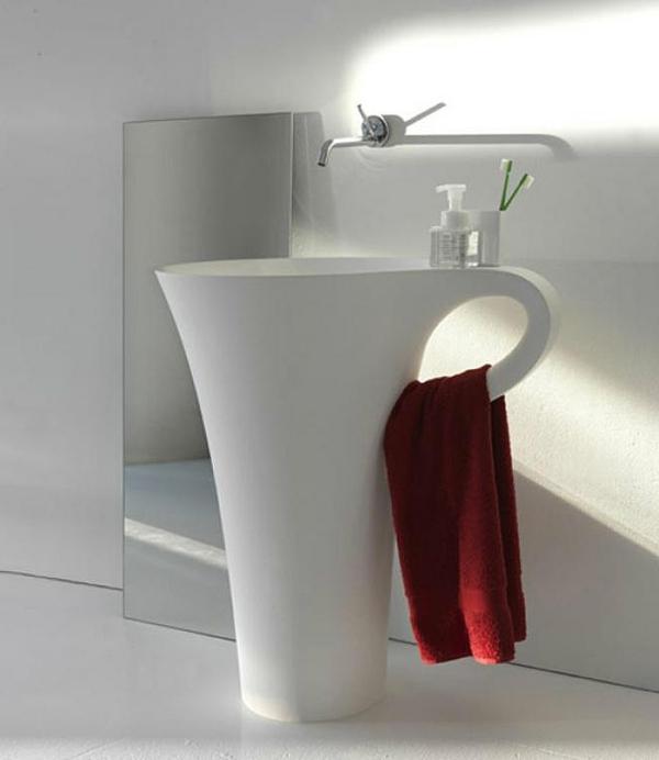 designer-waschbecken-in-der-form-von-einer-tasse - rotes tuch darauf