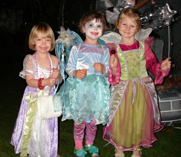 drei-super-angekleidete-kinder-halloween-kinderparty