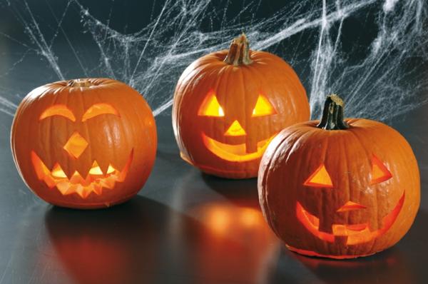 effektvolle-Halloween-Kürbis-Gesichter-schneiden