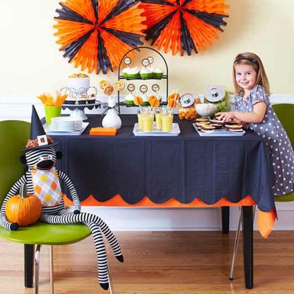 ein-mädchen-am-tisch-halloween-kinderparty