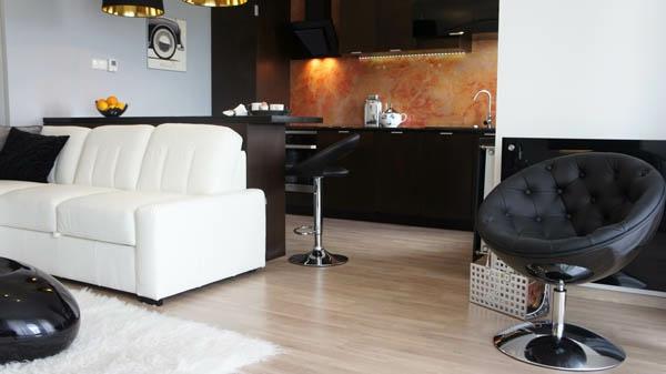 weißes sofa aus leder in einer einzimmerwohnung