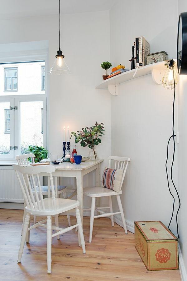 einzimmerwohnung-einrichten-weiße-stühle