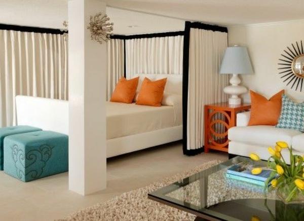 einzimmerwohnung-mit-orangen-dekokissen