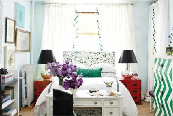 einzimmerwohnung-mit-zwei-schwarzen-bett-lampen