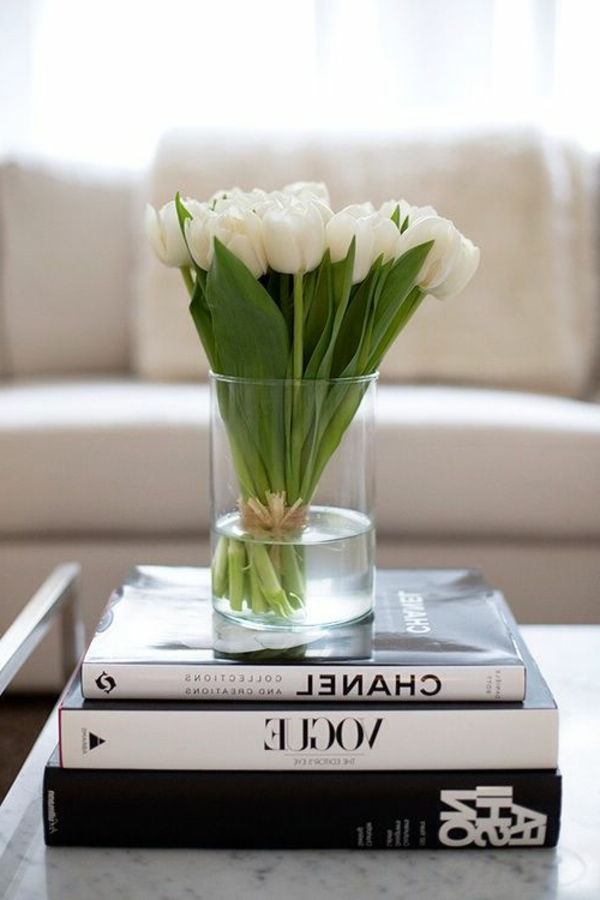 elegante-Tischdeko-mit-weißen-Tulpen