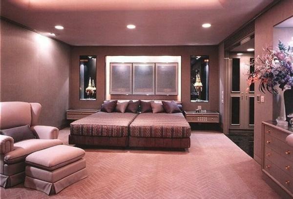 schönes schlafzimmer mit deckenleuchten