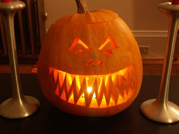 erschreckende-Halloween-Kürbis-ausschneiden-