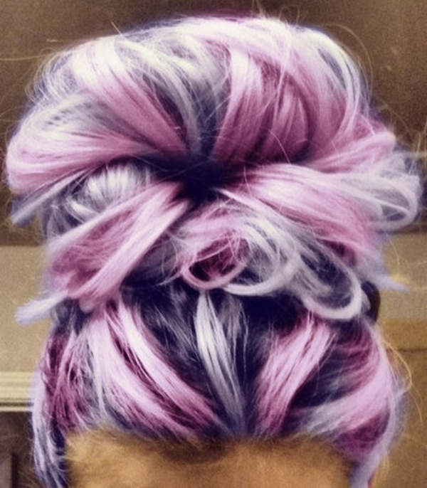extravagante-Haarfarbe-Rosa-Grau-Haarknoten