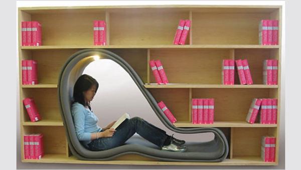 extravagante-mode-bei-der-einrichtung-sitzplatz-zwischen-den-bücherregalen