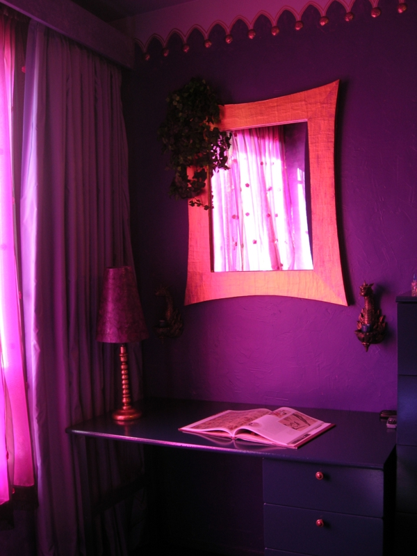extravagante-wandfarbe-im-gothic-badezimmer