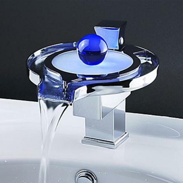 extravagantes-design-vom-waschbecken - ein kugel in blau darauf