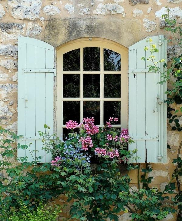 Fensterläden-in-pastellgrüner-Farbe
