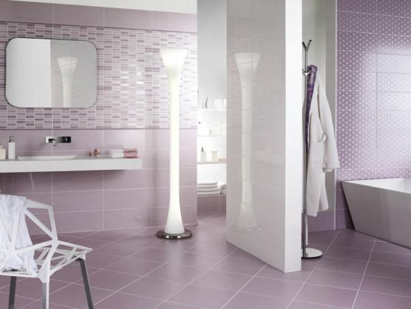 fantastisches-bad-mit-lila-fliesen-badezimmer