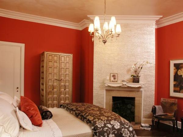 rote akzentwände und ein schönes bett im schlafzimmer