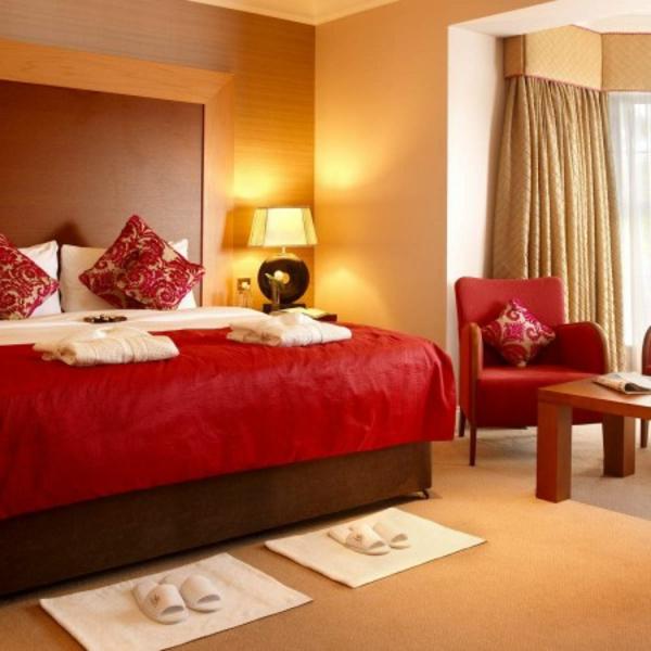 farbgestaltung-für-schlafzimmer-roter-bettbezug