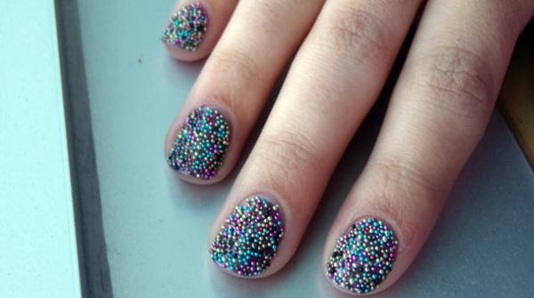 farbige-Fingernägel-Design-Ideen-Glasperlen