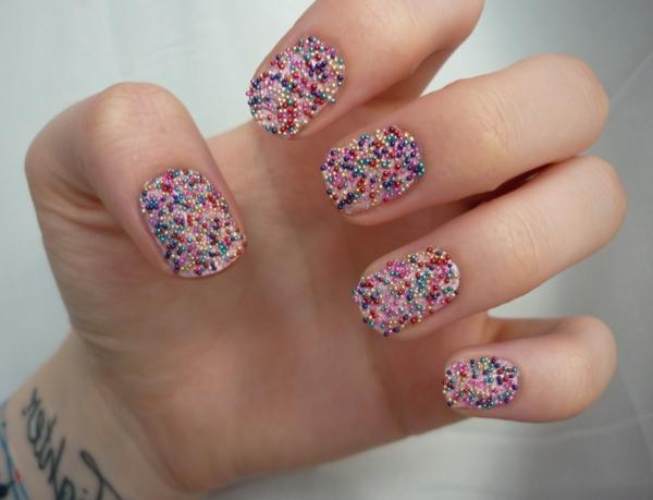 farbige-Nägel-Fingernägel-Design-Glasperlen