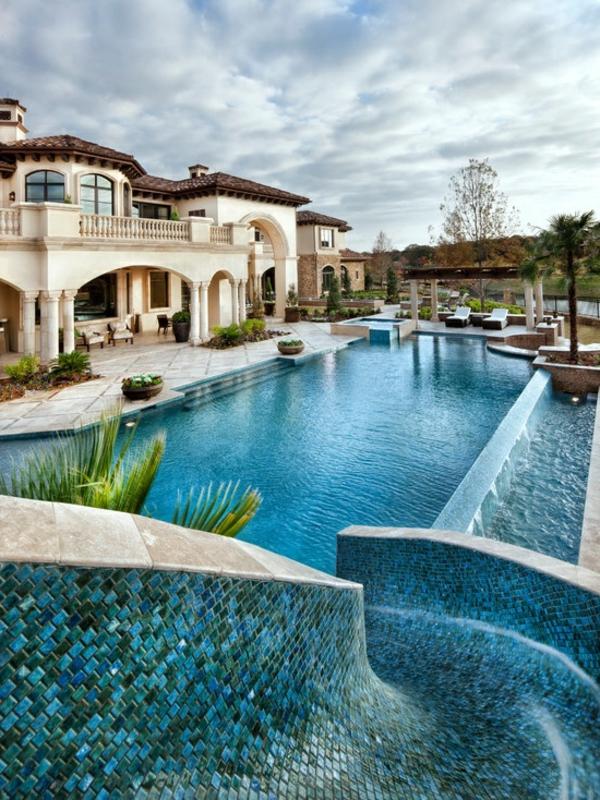 faszinierendes-Haus-mit-Pool-und-Rutsche