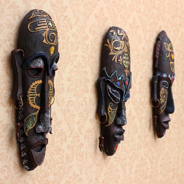 drei provokativ wirkende afrikanische masken