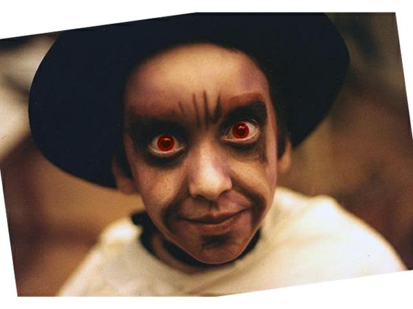 foto-vom-jungen-mit-kontaktlinsen-für-halloween
