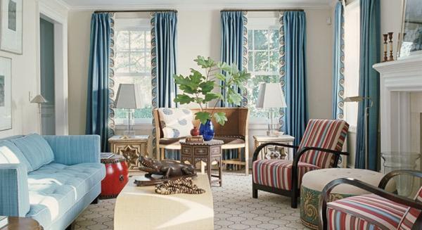 wunderschönes wohnzimmer mit lila dekoartikeln
