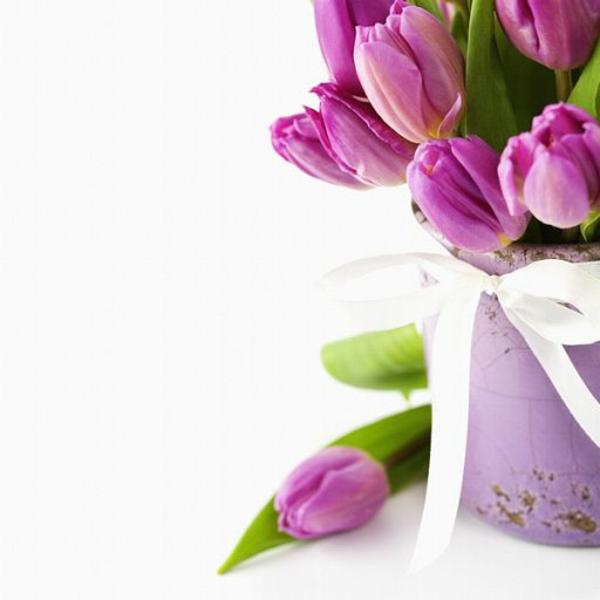 ganz-tolle-Tischdeko-mit-rosa-Tulpen-