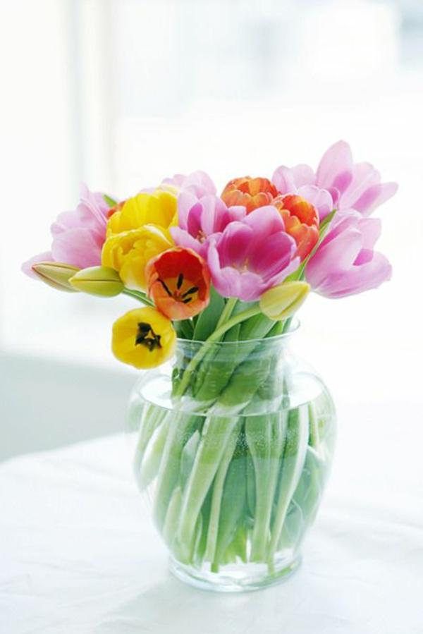 ganz-tolle--Tischdekoration-mit-rosa-Tulpen-