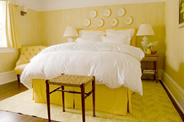 gelbe-farbgestaltung-im-schlafzimmer-mit-einem-weißen-bett
