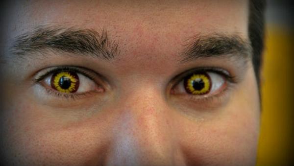 gelbe-schreckliche-kontaktlinsen-für-halloween