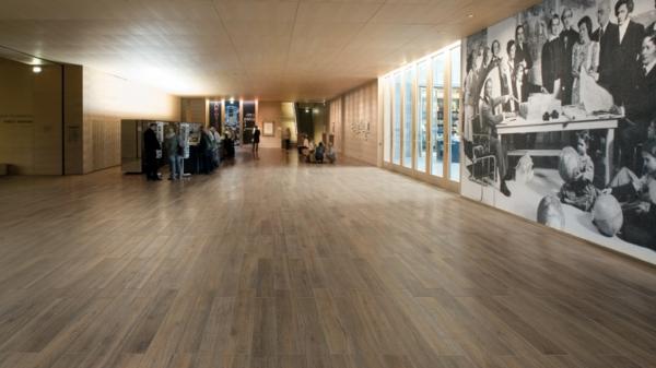 gemütliche-Einrichtung-im-Zimmer-mit-Fliesen-Holzoptik-