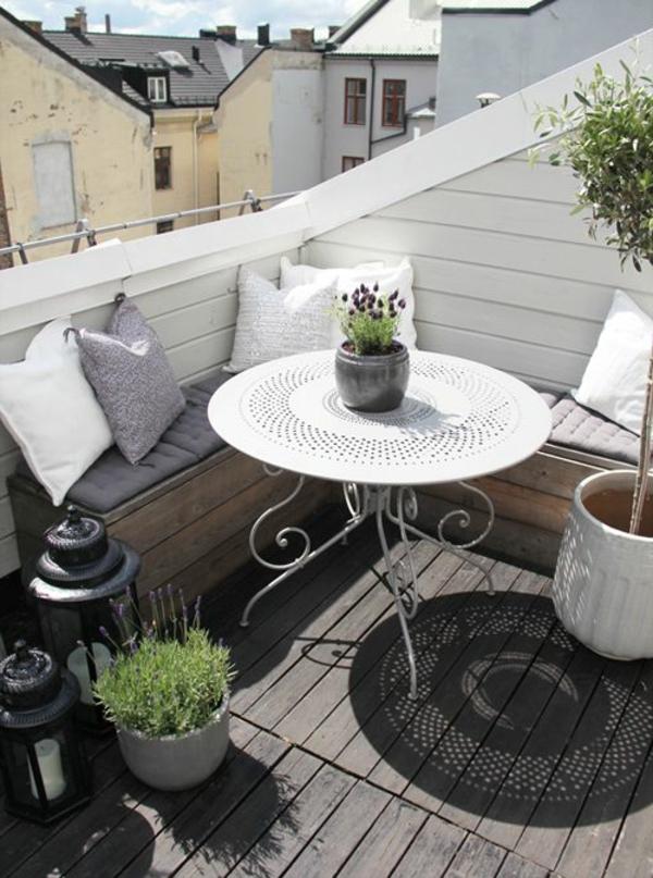 gemütlicher-Balkon-mit-Eckbank-und-rundem-Tisch