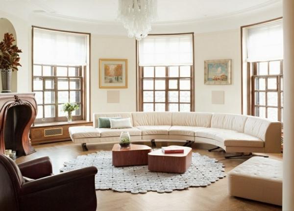 gemütliches-Wohnzimmer-halbrunde-Sofas-