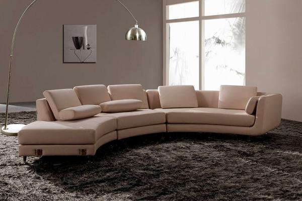 gemütliches-Wohnzimmer-halbrundes-Sofa-Braun
