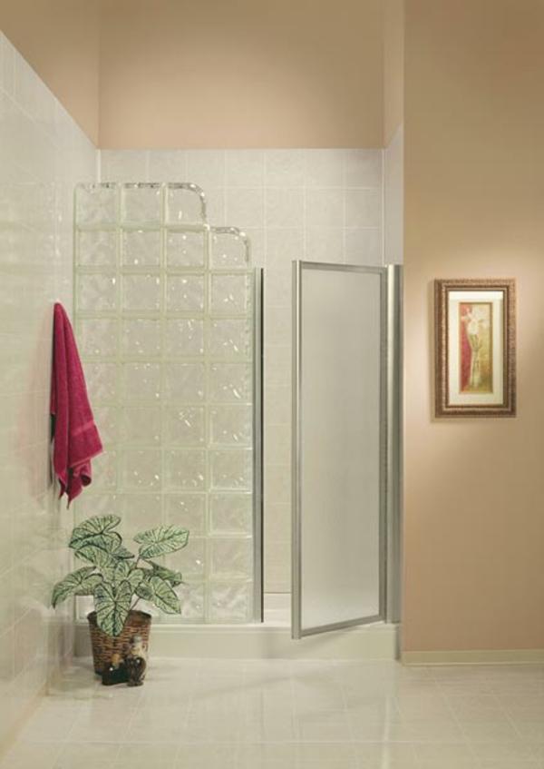 schlicht gestaltetes badezimmer mit glasbausteinen